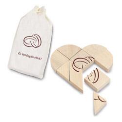 a2b1d9e74f A szerelmespárnak már összeállt a kép, megtalálták hiányzó részeiket.  Kedves ajándék ez a szív alakú fa mozaikjáték, pamut táskában.